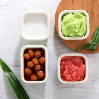 Składnik es bubur sumsum lub es bubur lemu bandung, popularnej tradycyjnej owsianki z jawy zachodniej, wyprodukowanej z mąki ryżowej, candil (lepka kulka ryżowa) i perły tapioki. widok z góry