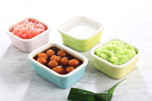 Składnik es bubur sumsum lub es bubur lemu bandung, popularnej tradycyjnej owsianki z jawy zachodniej, wyprodukowanej z mąki ryżowej, candil (lepka kulka ryżowa) i perły tapioki.