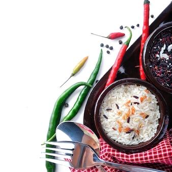 Składnik gotowania z ryżem na białym tle