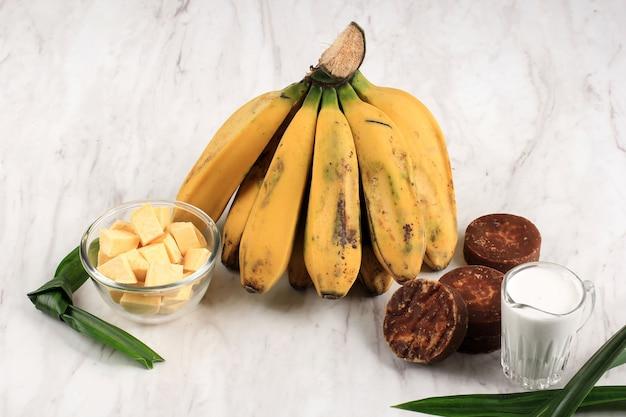 Składnik preparat do przygotowania kompotu z bananów i słodkich ziemniaków (kolak pisang ubi). dojrzały banan, słodkie ziemniaki, cukier palmowy (gula merah), liście pandan i mleko kokosowe. popularne na ramadan śniadanie