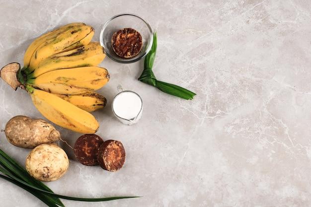 Składnik preparat do przygotowania kompotu z bananów i słodkich ziemniaków (kolak pisang ubi). dojrzały banan, słodkie ziemniaki, cukier palmowy (gula merah), liście pandan i mleko kokosowe. popularny na śniadanie wramadanie