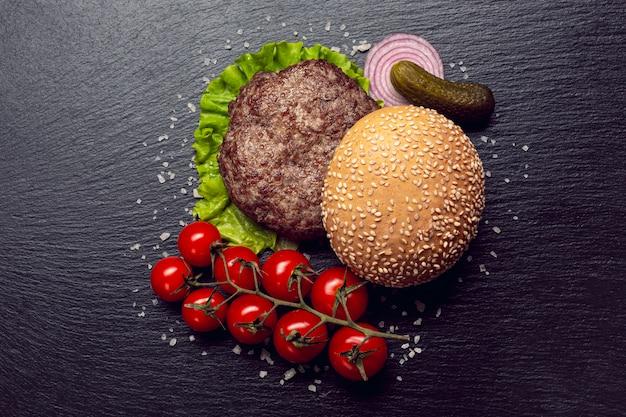 Składniki burgera z widoku z góry