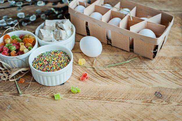 Składniki dla piec wielkanoc tort na drewnianym tle