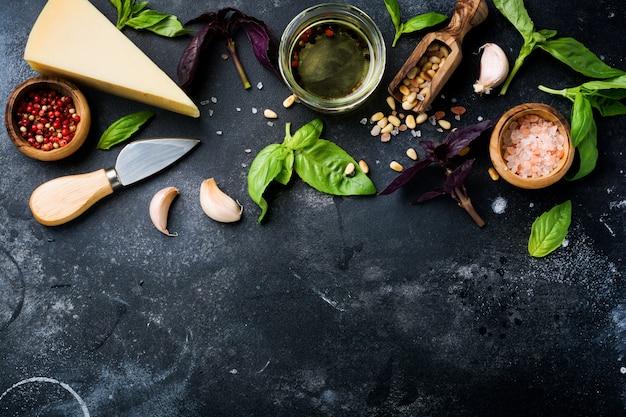 Składniki dla robić tradycyjnemu włoskiemu pesto kumberlandowi na starym ciemnym nieociosanym tle. leżał płasko.