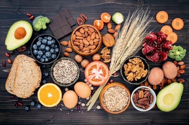 Składniki dla zdrowego jedzenia na drewnianym stole