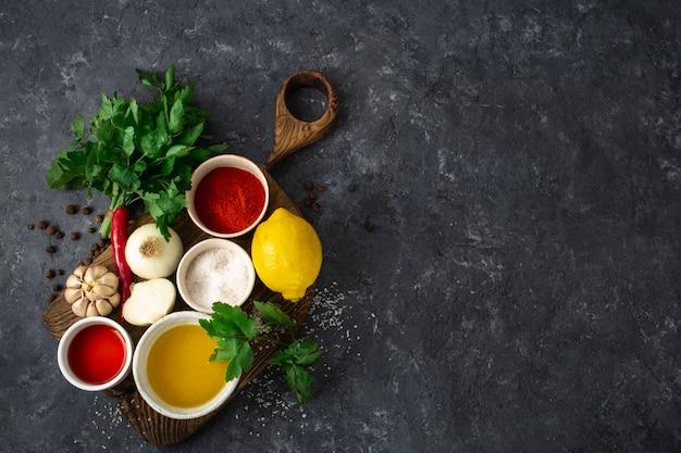 Składniki do gotowania argentyńskiego zielonego sosu chimichurri
