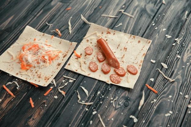 Składniki do gotowania burrito na drewnianym stole.