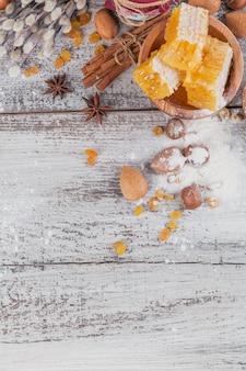 Składniki do gotowania chleba lub ciastek z plaster miodu, mąki, rodzynek, mieszanki orzechów, przypraw