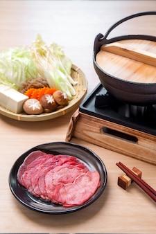 Składniki do gotowania japońskiej wołowiny sukiyaki