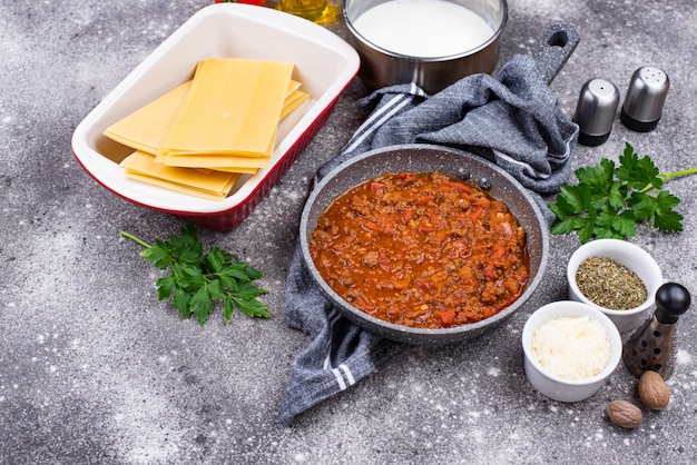 Składniki do gotowania lasagna bolognese