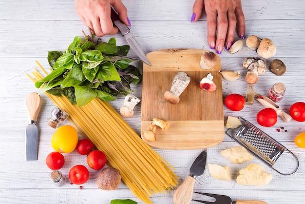 Składniki do gotowania makaronu z pieczarkami
