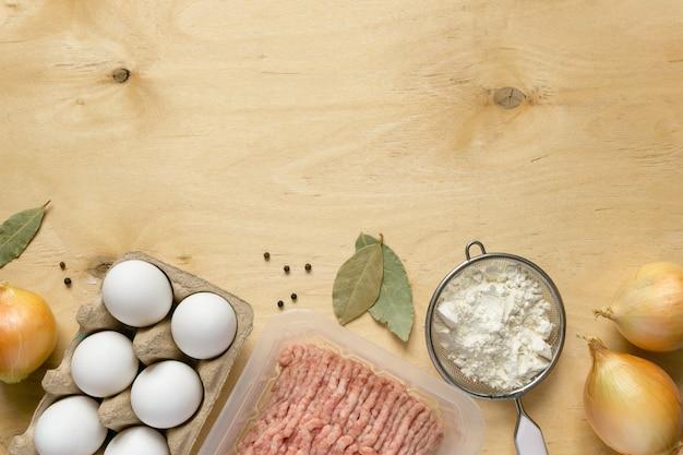 Składniki do gotowania pierogów na drewnianym tle widok z góry z miejscem na kopię
