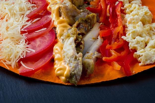 Składniki do gotowania shawarmy leżą na chlebie pita
