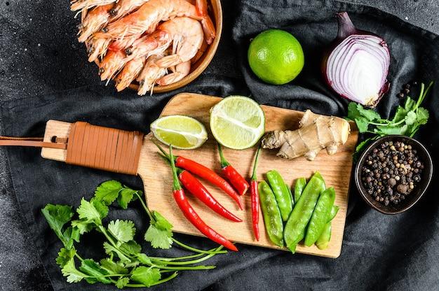 Składniki do gotowania tom kha gai. tajska zupa z kurczaka w mleku kokosowym