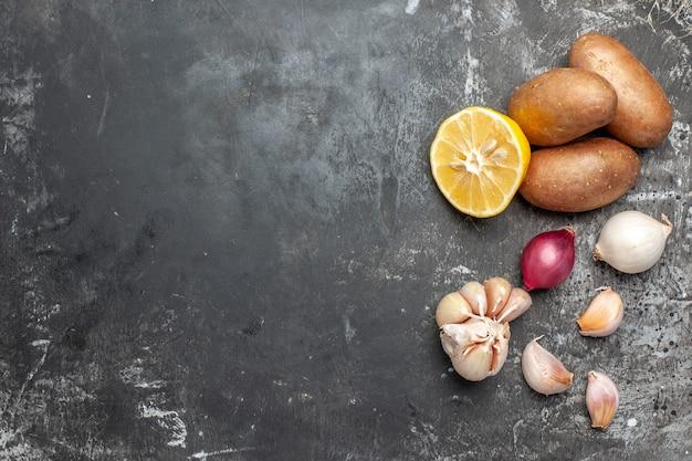 Składniki do gotowania, w tym ziemniaki i czosnek
