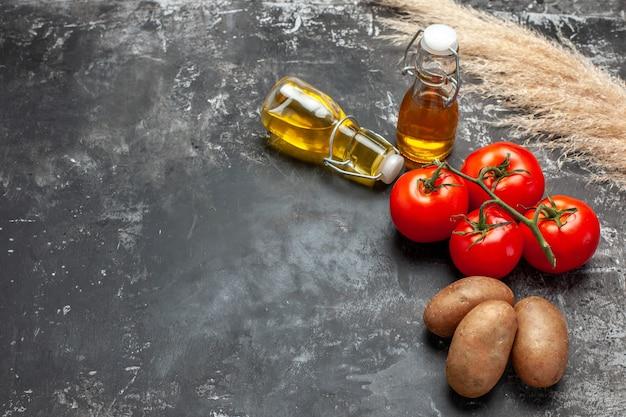 Składniki do gotowania, w tym ziemniaki i pomidory