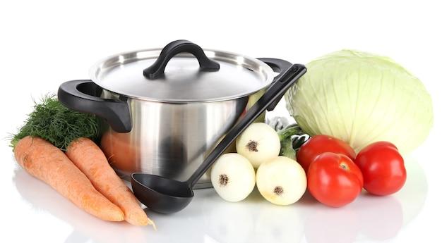 Składniki do gotowania zupy na białym tle