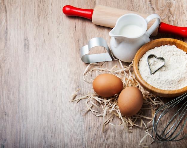 Składniki do pieczenia - mąka, jajka i szpilki