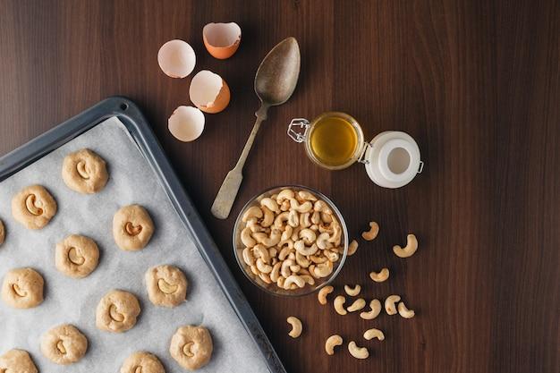 Składniki do pieczenia, mleko, jajka, mąka pszenna, owies i przybory kuchenne