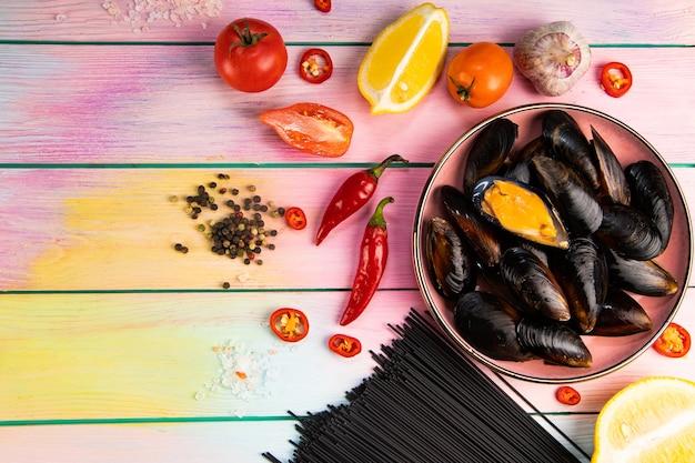 Składniki do przygotowania czarnego makaronu z owocami morza