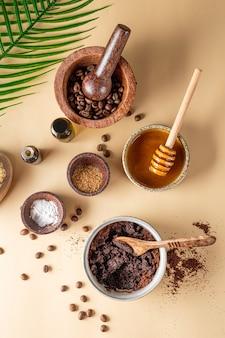 Składniki do przygotowania domowego peelingu kawowego na zwykłym naturalnym tle przyjazny dla środowiska