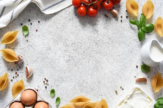 Składniki do przygotowania makaronu z ricottą, bazylią i sosem. proces gotowania.