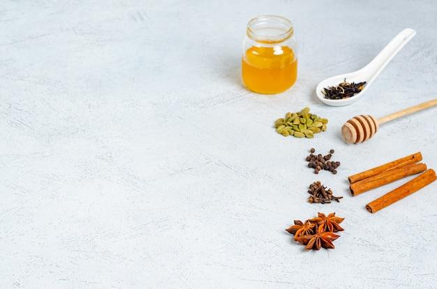 Składniki do przygotowania tradycyjnego indyjskiego napoju herbacianego masala.