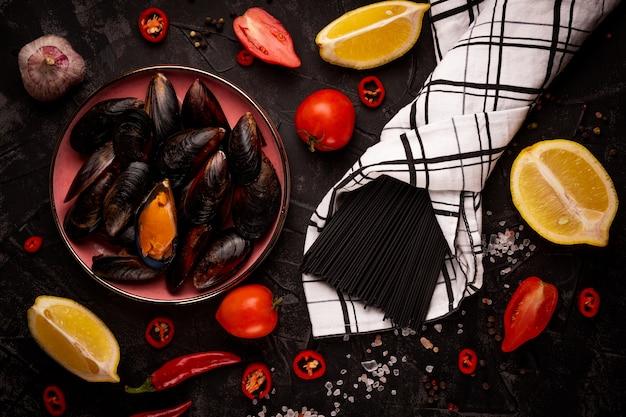 Składniki do robienia czarnego makaronu z bliska owoce morza
