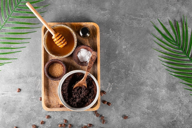 Składniki do robienia domowego peelingu kawowego na szarym tle, przyjazne dla środowiska kosmetyki kopiuj