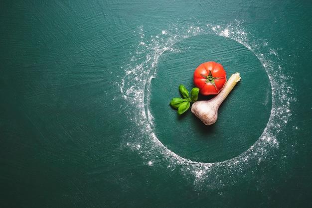 Składniki do sosu pomidorowego do pizzy i śladów mąki