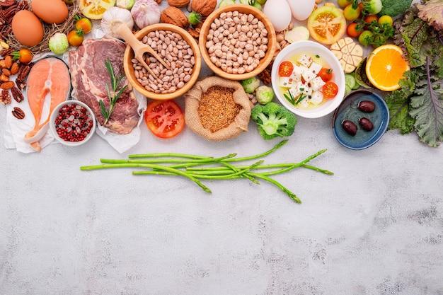 Składniki do wyboru zdrowej żywności na białym betonowym tle