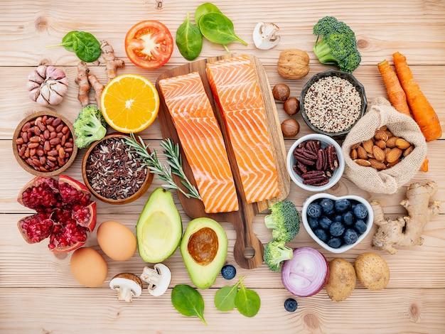 Składniki do wyboru zdrowej żywności na drewnianym tle.