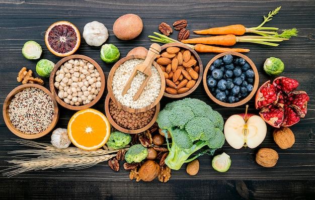 Składniki do wyboru zdrowej żywności na drewnianym