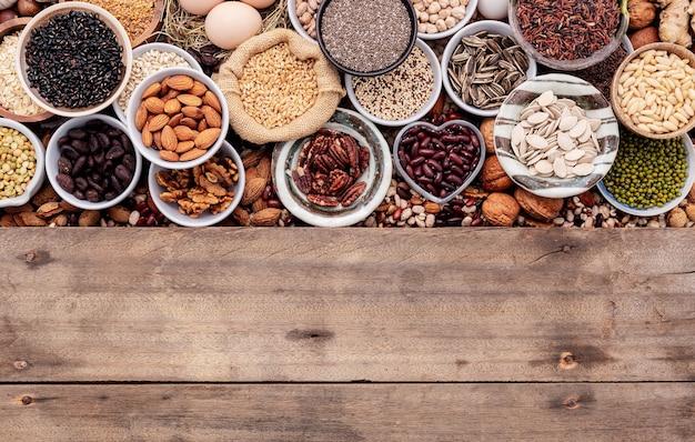 Składniki do wyboru zdrowej żywności w misce ceramicznej. pojęcie pożywienia na białym odrapanym drewnianym tle z miejsca kopiowania.