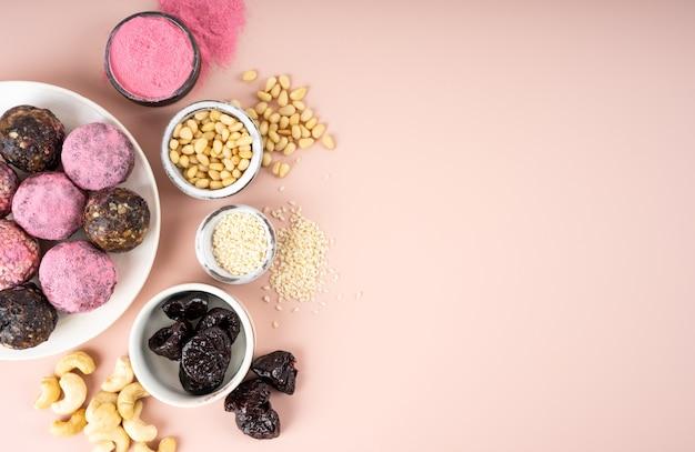 Składniki domowe kulki energetyczne z różowego owocu smoka matcha widok z góry zdrowe słodycze z orzechów i