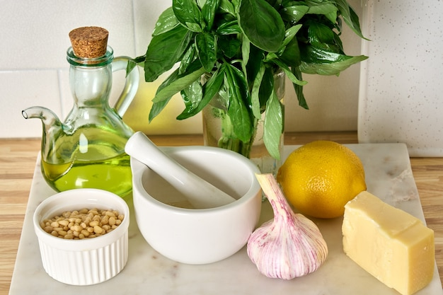 Składniki domowego sosu pesto do gotowania klasycznej włoskiej kuchni wegetariańskiej