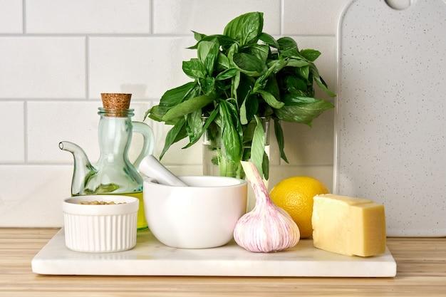 Składniki domowej roboty włoskiego sosu pesto do gotowania w kuchni kuchni narodowej