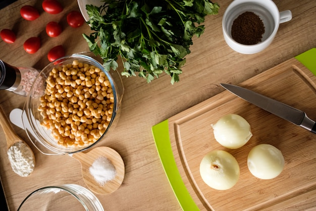 Składniki falafel na stole
