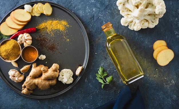 Składniki gotowanie wegetariańskie danie indyjskie aloo gobi widok z góry zdrowe jedzenie