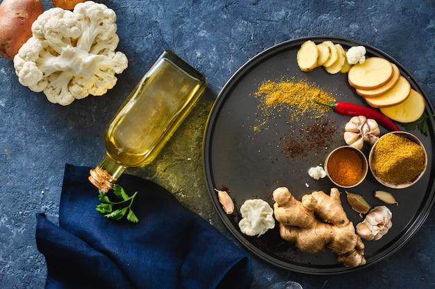 Składniki gotuje jarskiego indyjskiego karmowego aloo gobi
