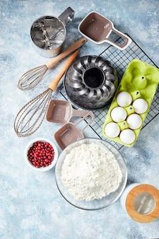 Składniki i naczynia do pieczenia, mąka, jajka, naczynie do pieczenia