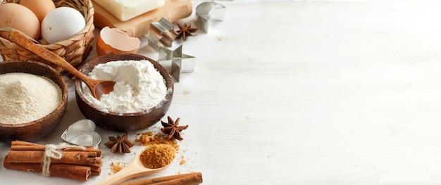 Składniki i naczynia do pieczenia na drewnianym stole