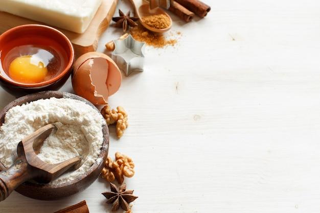 Składniki i naczynia do pieczenia na tle drewnianych