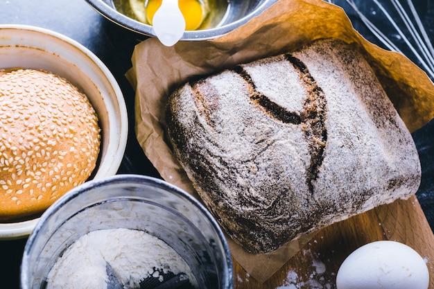 Składniki i naczynie do pieczenia na czarnej desce, odgórny widok