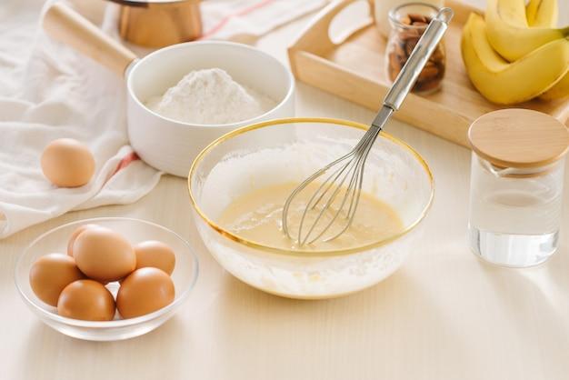 Składniki i narzędzia do wypieku słodkiego ciasta z bananem i migdałami