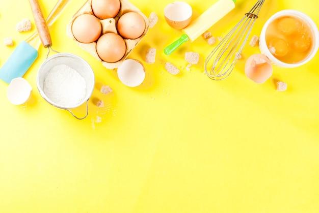Składniki i przybory do gotowania jajka do pieczenia, mąki, cukru, trzepaczki, wałka do ciasta