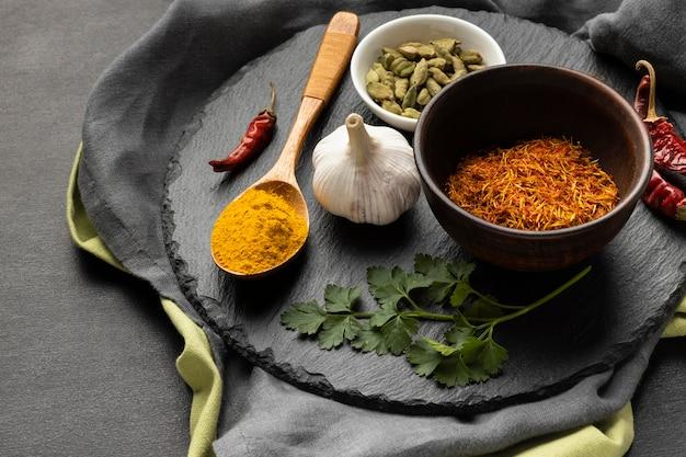 Składniki indyjskiego posiłku pod wysokim kątem
