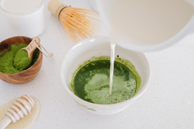 Składniki latte matcha zielonej herbaty, zdrowe modne napoje