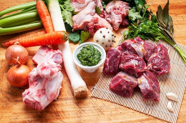 Składniki na bulion mięsny z zielonym sosem