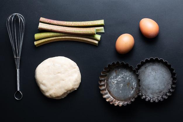 Składniki na domowe organiczne rabarbarowe ciasta